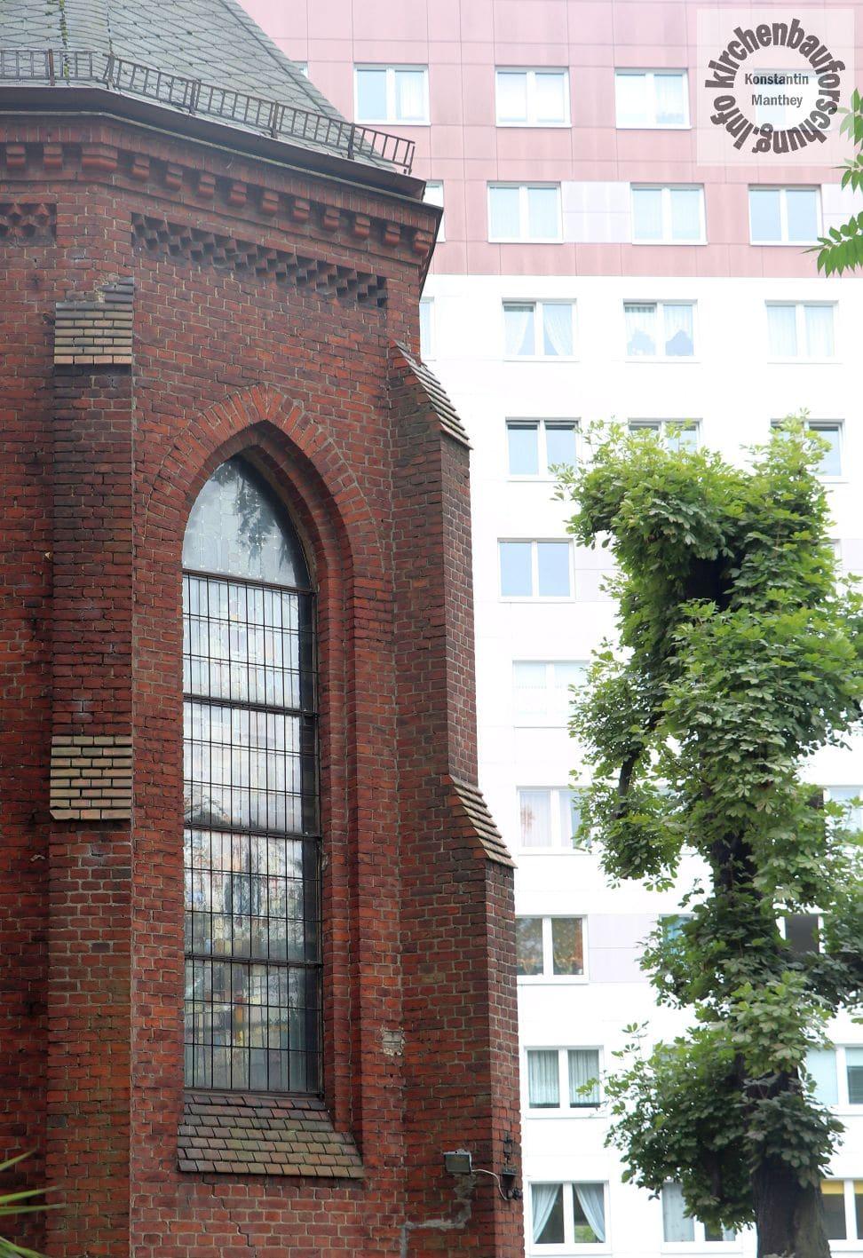 Kirche und Plattenbau