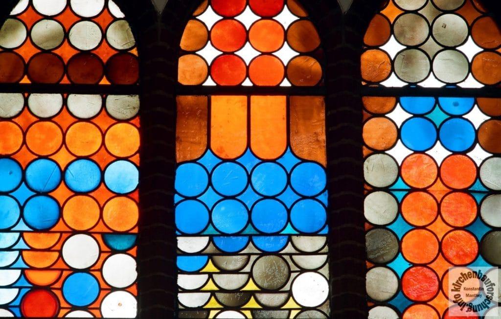 """Detail aus dem Fensterwerk """"Gott ist Licht"""" von 1976 in Heilig Kreuz, Q: Bildarchiv des Kunstbeautragten, Foto: F. Vetter"""