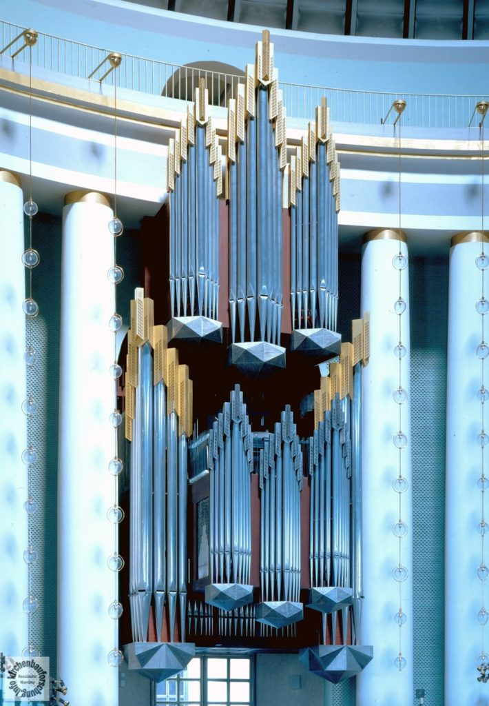 """Orgelbau Klais, Bonn und Paul Corazolla, Orgeprospekt in St. Hedwig """"Himmlisches Jerusalem"""" um 1976, Q: BIldarchiv des Kunstbeauftragten, Foto: C. Beyer"""